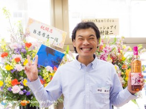 Namidea Yokohama オープン記念ワインをもつ店長