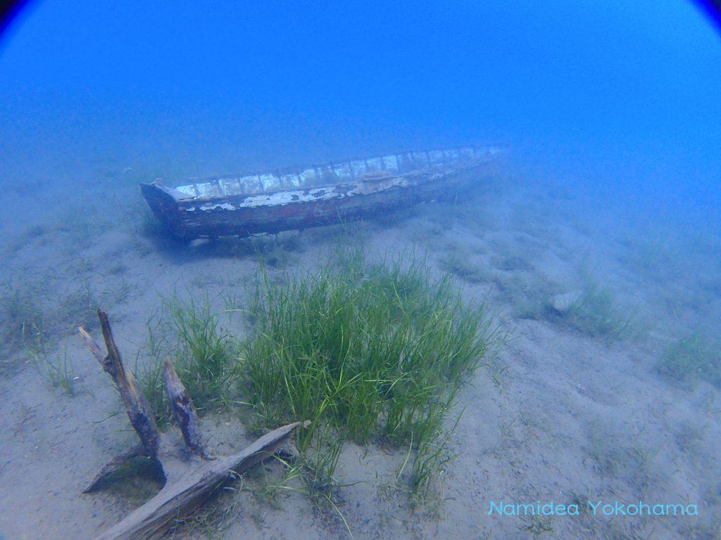 本栖湖ホンテッドマンションの水中にあるボート