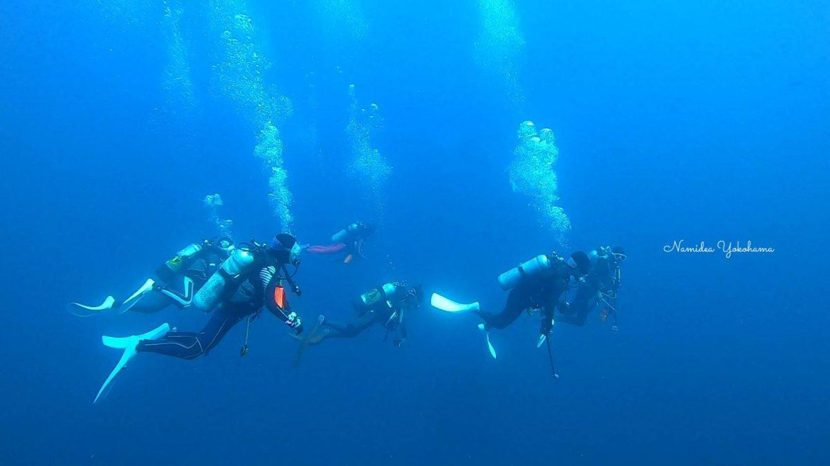 真っ青な海と押切JAPAN